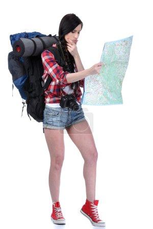 Photo pour Souriante voyageuse tenant une caméra et vous regardant, portrait rapproché. Isolé sur fond blanc - image libre de droit