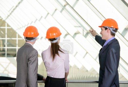 Photo pour Personnes en casque sur un chantier de construction - image libre de droit