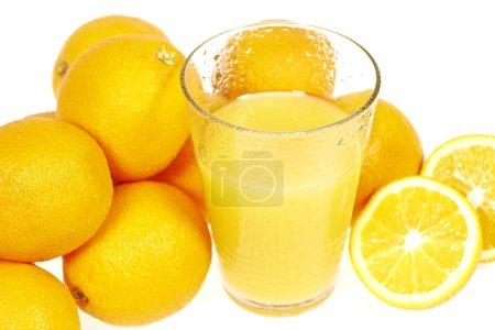 Photo pour Jus d'orange frais et oranges isolées sur blanc - image libre de droit