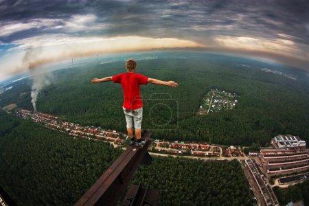 Foto de Hombre sin miedo en la cima de una torre de radio abandonada en Elektrostal - Imagen libre de derechos